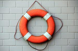 Rettungsring hängt an der Wand