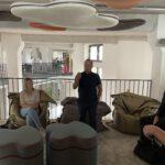 Patrick Kippermann erläutert das Konzept der Räumlichkeiten
